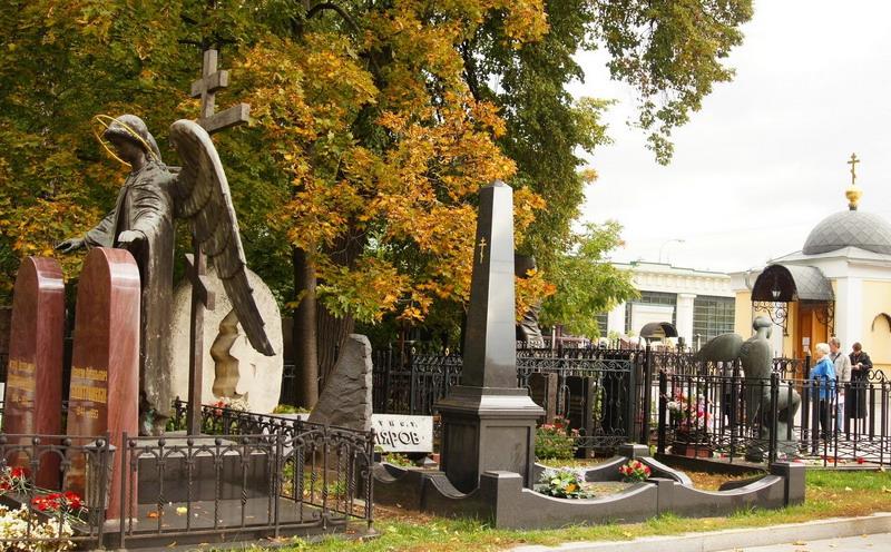 Памятники на троекуровском кладбище фото знаменитостей памятник из мрамора на могилу цена